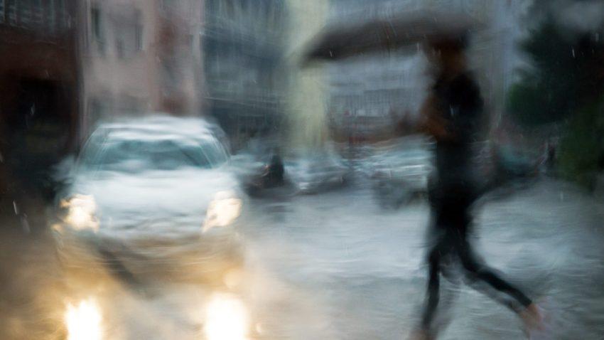 auto-regen-regenschirm-verschwommen
