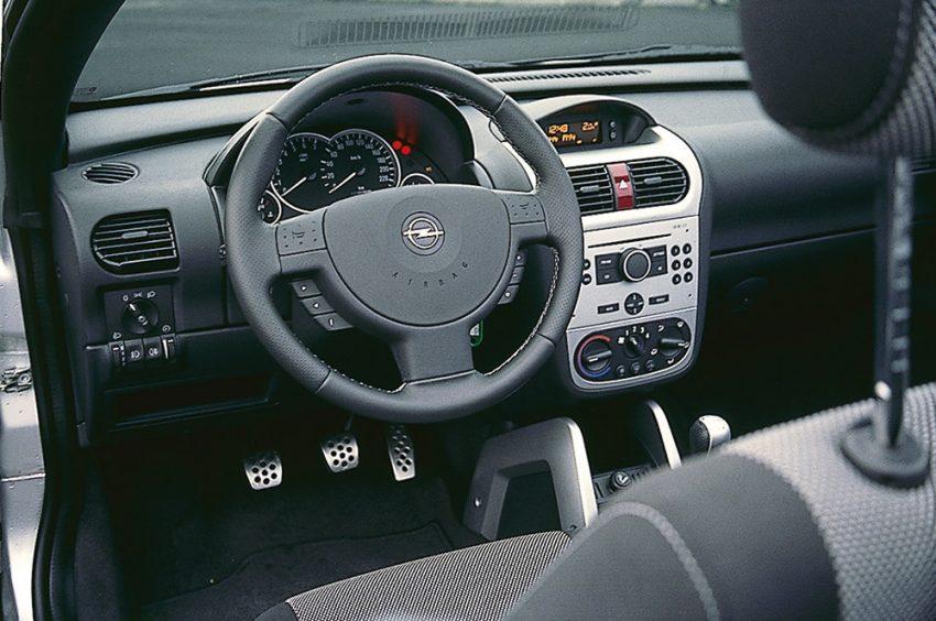 TechMech Opel hat zu einer gelungenen Innenraum-Optik gefunden. Platzsparend funktionell: die Verschränkung von Tacho und Drehzahlmesser.
