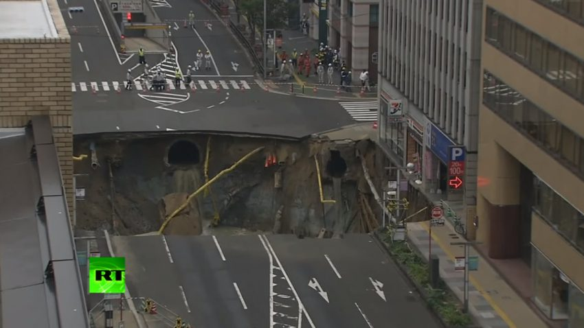 Riesen-Erdloch verschluckt fünfspurige Straße