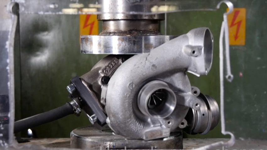 Was passiert, wenn man einen Turbolader in die hydraulische Presse steckt