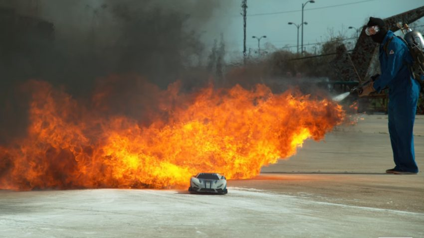 160 km/h (!) schnelles, ferngesteuertes Auto trifft Zeitlupenkamera
