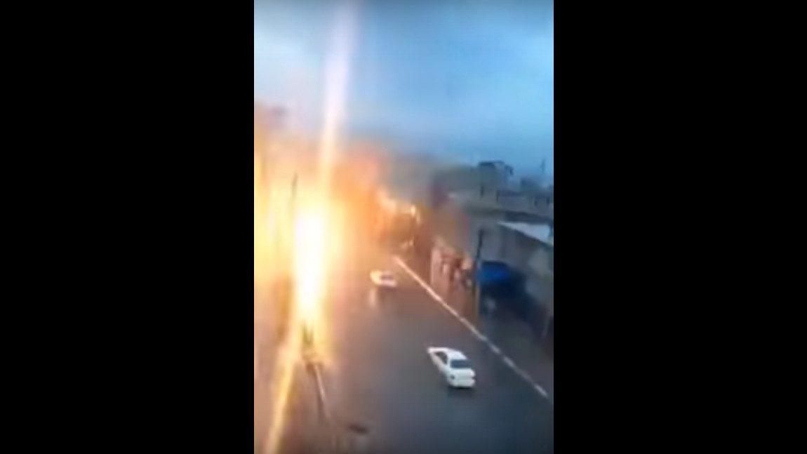 So sieht es aus, wenn ein fahrendes Auto von einem Blitz getroffen wird