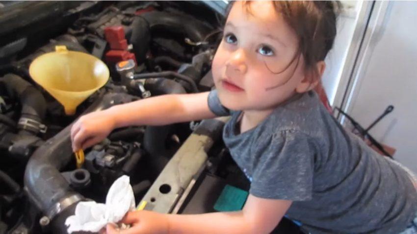 Diese 4-jährige zeigt vor, wie man einen Ölwechsel macht
