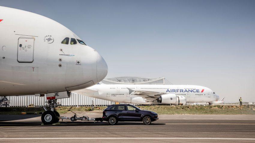 Serien-Porsche Cayenne zieht 285 Tonnen schweren Airbus