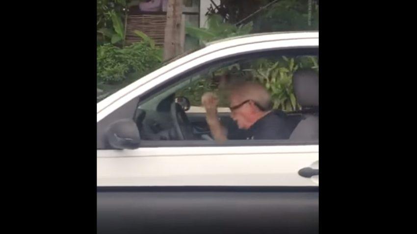Headbangen im Auto: Dieser ältere Herr zeigt, wie's geht