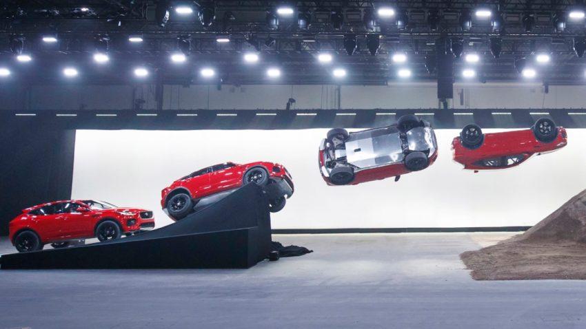 Jaguar E-Pace: Weltrekord und -Premiere mit Fassrolle