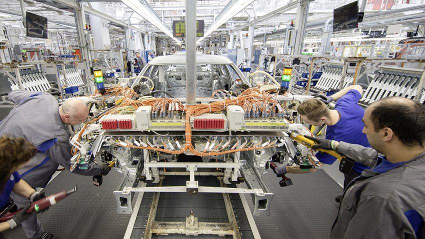 VW Werk Wolfsburg Fließband Arbeiter