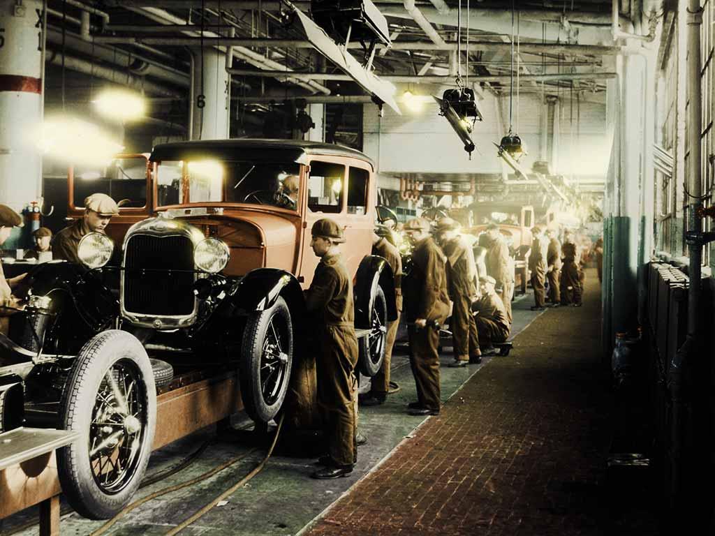 Fließbandarbeit in der Ford Fabrik