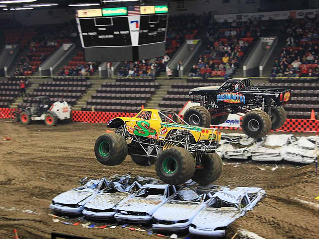 Monster Trucks im Stadion
