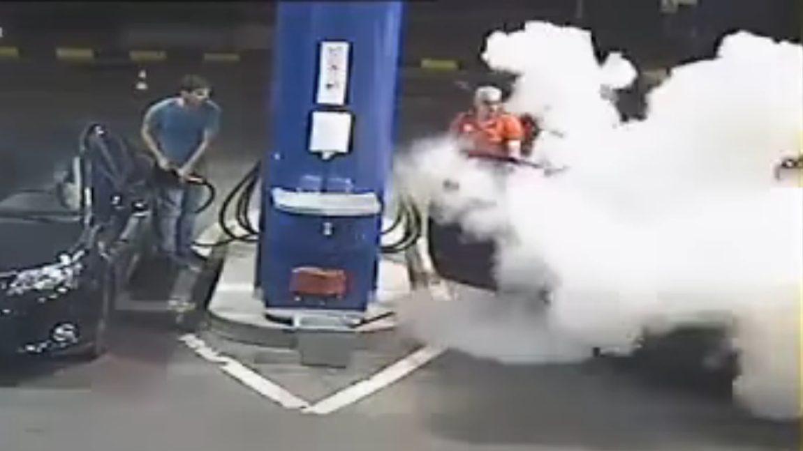 Tankstellen-Mitarbeiter maßregelt rauchenden Kunden - mit einem Feuerlöscher