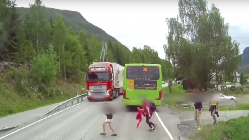 Der Fahrer dieses Sattelschleppers bekommt gleich den Schock seines Lebens