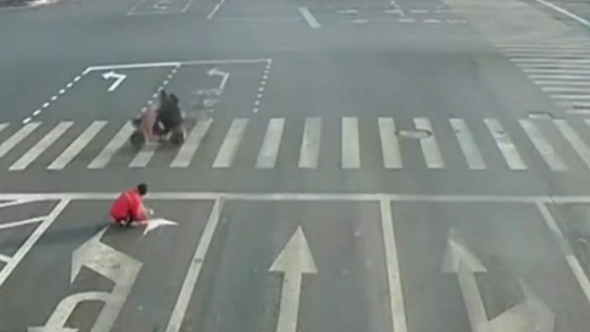 Mit selbstgemalten Straßenmarkierungen im Kampf gegen den Stau