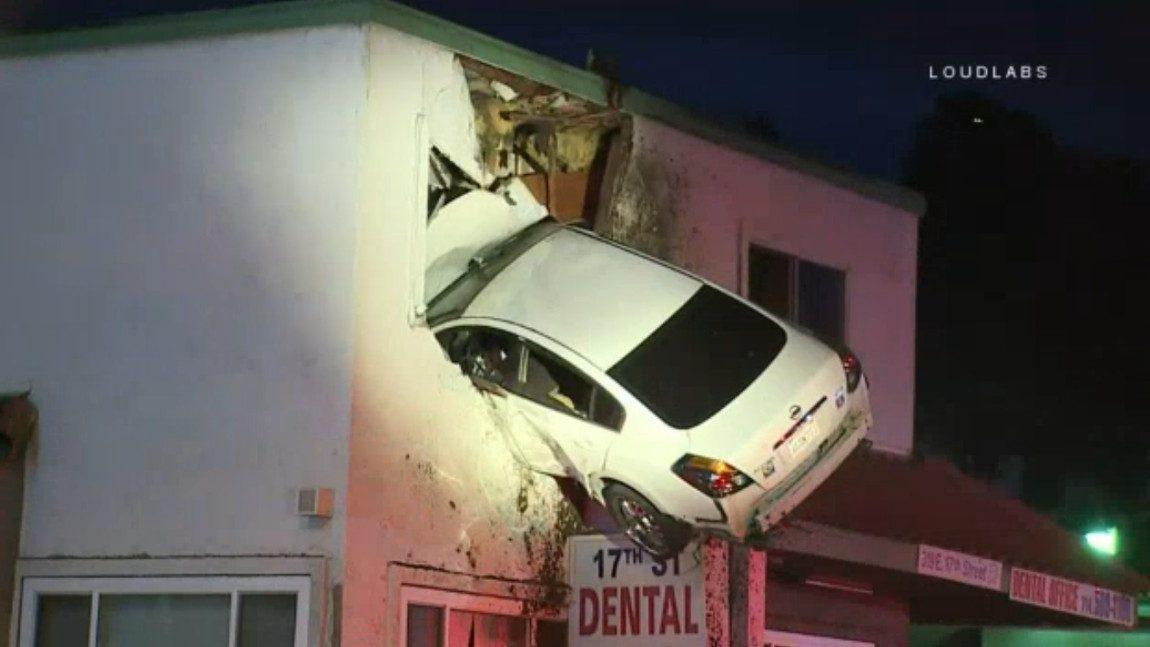 Mit Dem Auto Durch Die Wand Im Obergeschoss Autorevue At