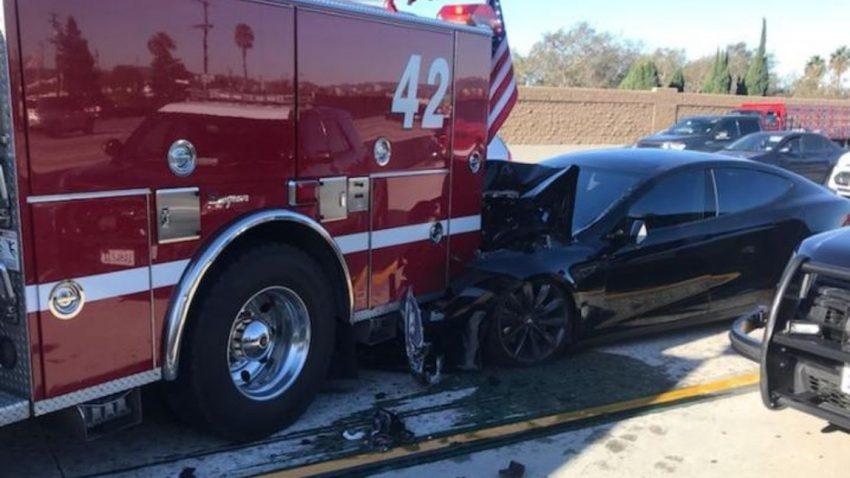 Dieser Tesla-Crash soll mit aktiviertem Autopiloten passiert sein