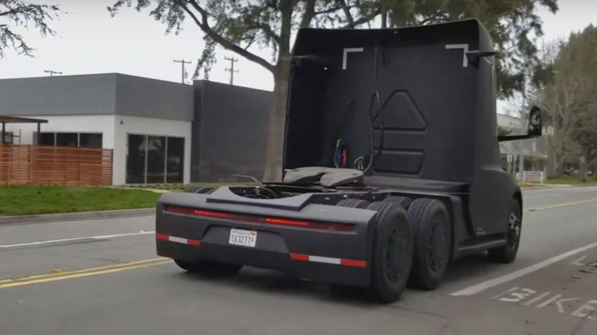 Ein Tesla-Sattelschlepper in freier Wildbahn