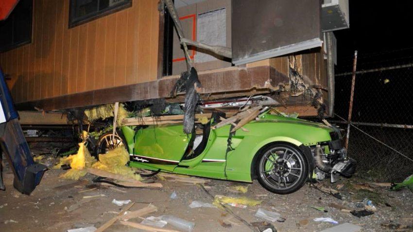 Ja, ein Lamborghini Gallardo passt komplett unter einen Bauwagen