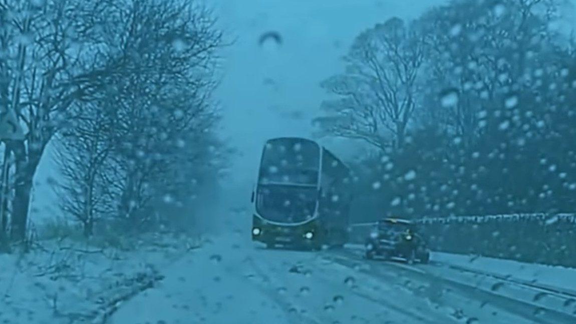 Wie diese schottische Doppeldeckerbus-Fahrerin einen Crash mit ihren Drift-Skills verhinderte