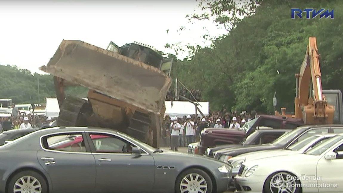 Bulldozer vs. BMW, Porsche & Co.: Philippinischer Präsident ließ 14 weitere Luxusautos verschrotten