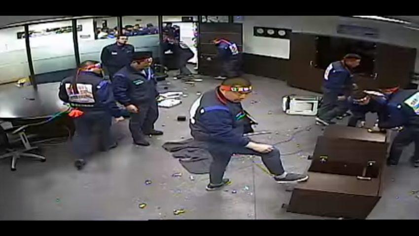 Diese südkoreanischen General Motors-Mitarbeiter machen Kleinholz aus dem Büro ihres Chefs