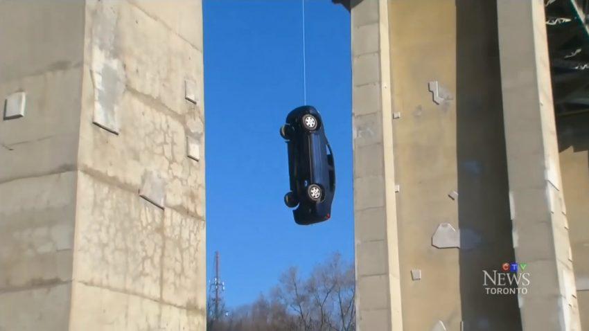 Dieser hängende Honda stellt die kanadische Polizei vor ein Rätsel