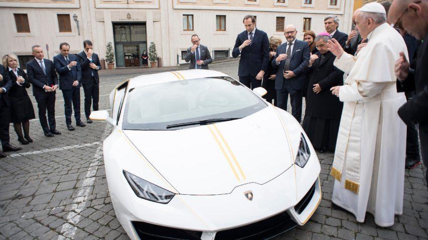 Der Papst versteigert seinen Lamborghini Huracán
