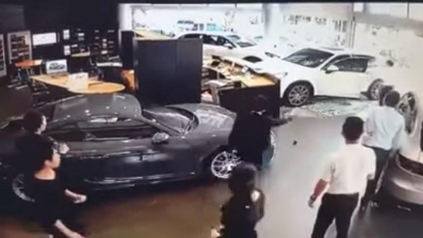 Keine Sonderausstattungen: Wütender Porsche-Kunde fährt Cayenne in Autohaus