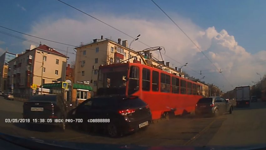 Straßenbahn zieht gleich drei Autos aus dem Verkehr