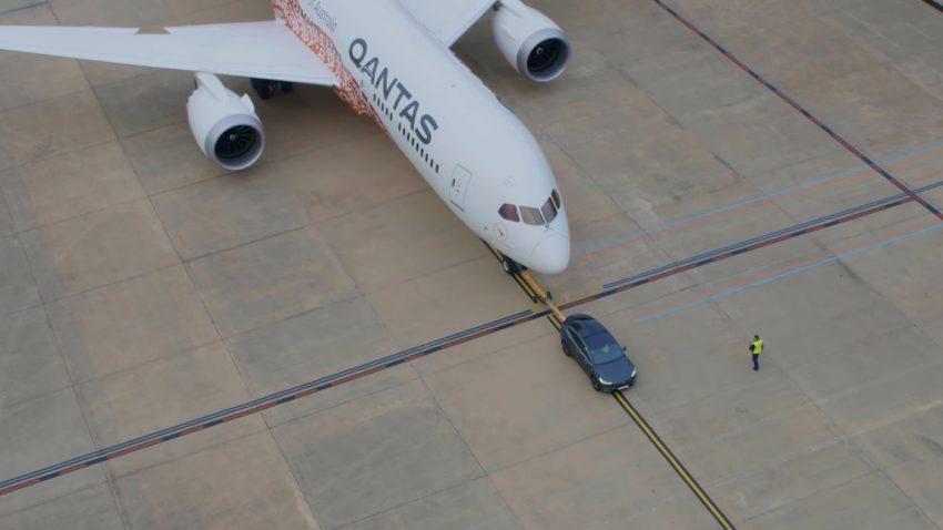 Weltrekord: Tesla Model X zieht Boeing 787-9 Dreamliner