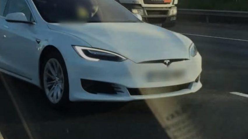 Dieser Tesla-Fahrer wurde auf der Autobahn im Beifahrersitz erwischt