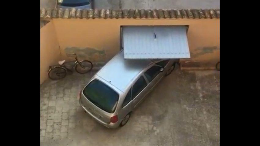 Gewaltakt: Wird es diesem Fahrer gelingen, seinen Citroën durch das Tor zu quetschen?
