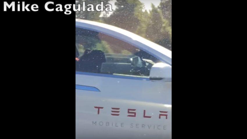 Schläft hier ein Tesla-Mitarbeiter am Steuer seines Servicefahrzeugs?