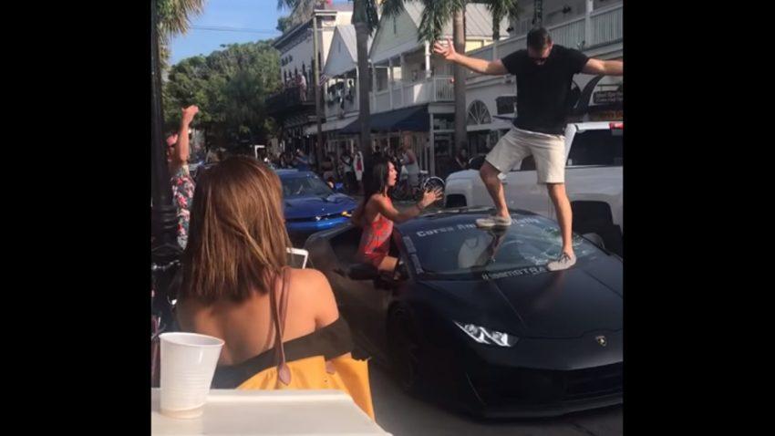 Posing-Fail: Lamborghini-Fahrer lässt sich feiern - und zerstört dabei seine Windschutzscheibe