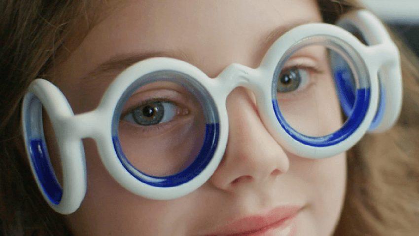 """Diese """"extravagante"""" Brille soll verhindern, dass euch beim Autofahren übel wird"""