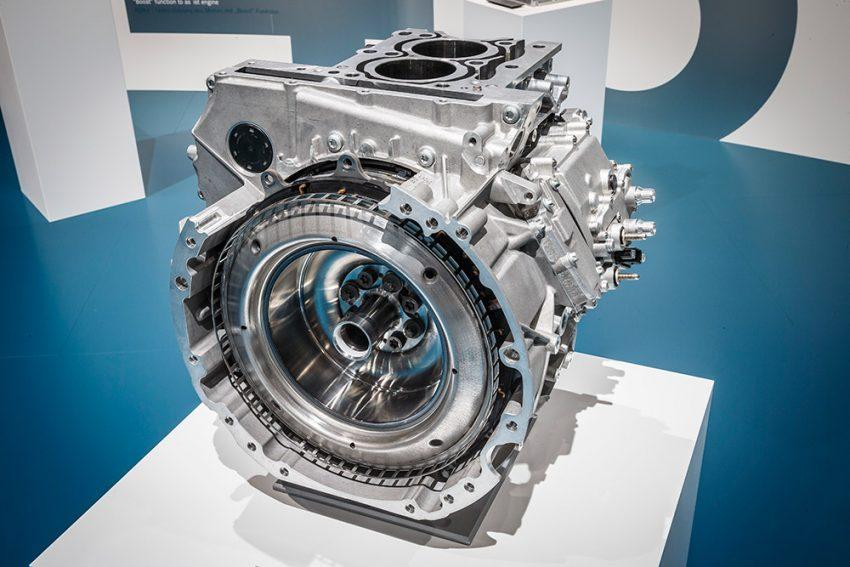 Startergeneratoren (oben axial zum Motor angeordnet, unten parallel mit Riemenantrieb) können eine Leistung bis etwa 15 kW aufweisen, so dass sie je nach Ausführung in ihrem Funktionsumfang fast an einen Vollhybrid heranreichen.