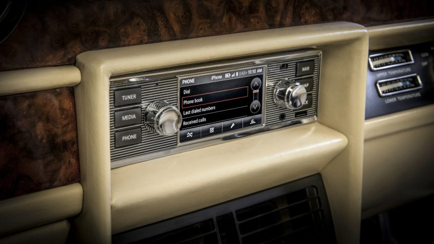 Dieses Infotainment-System im Retro-Look bringt High-Tech in den Oldtimer