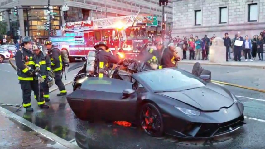 Feuerwehr seziert schwelenden Lamborghini Huracán Spyder