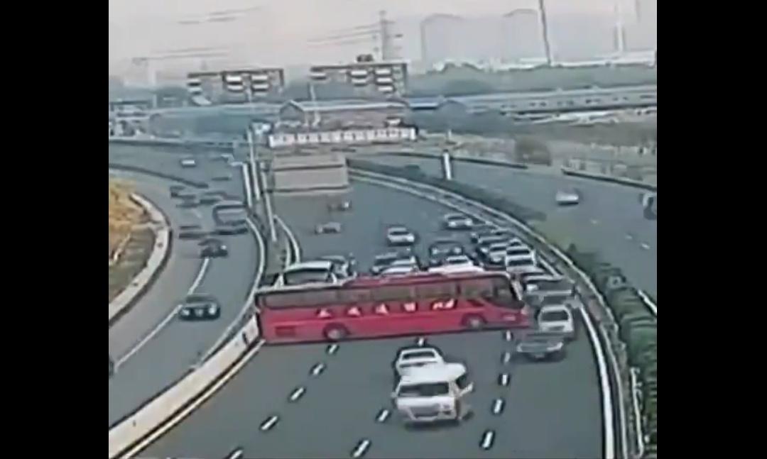Bus stellt sich quer - mitten auf der Autobahn