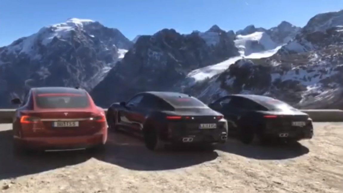 Porsche Taycan und Tesla Model S am Passo dello Stelvio