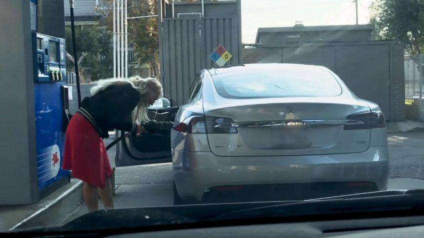 Wie diese Frau versucht, einen Tesla (!) zu betanken [Video]