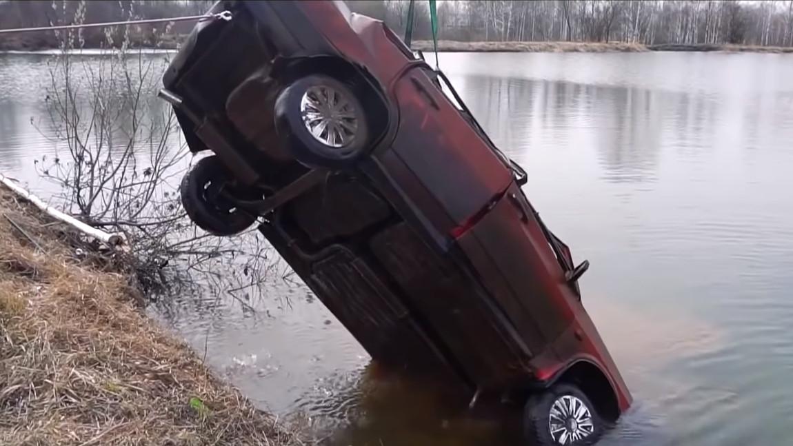Dieser Lada hat 6 Monate am Grund eines Sees verbracht. Springt er noch an?