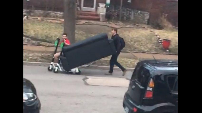 Wie (und warum) man eine Couch mit zwei E-Scootern transportiert