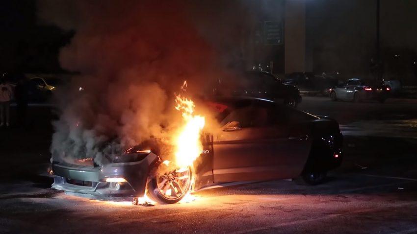 Donuts, flambiert: Mustang geht bei Autotreffen in Flammen auf