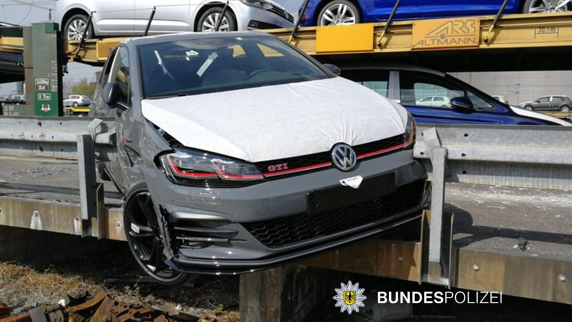 VW Golf GTI am Zug: Dieser Eisenbahnraub in Bayern ging gehörig schief