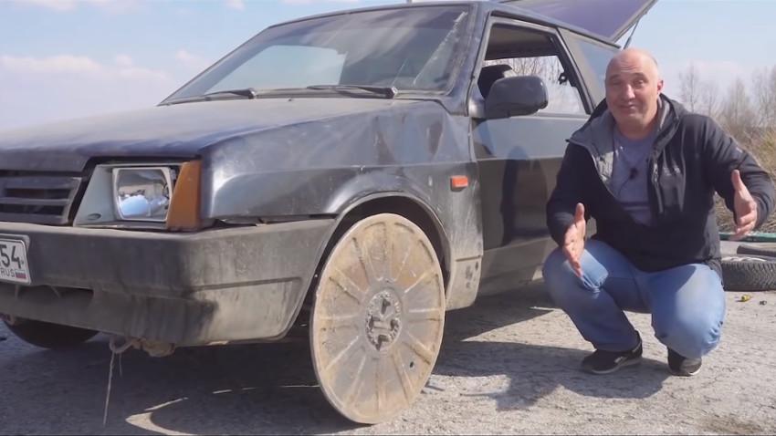 Kann man die Räder eines Autos durch Kanaldeckel ersetzen?