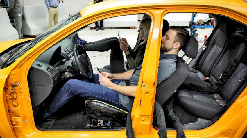 Sichere Sitzposition: Wie man den Autositz richtig einstellt [und wie man niemals fahren sollte]