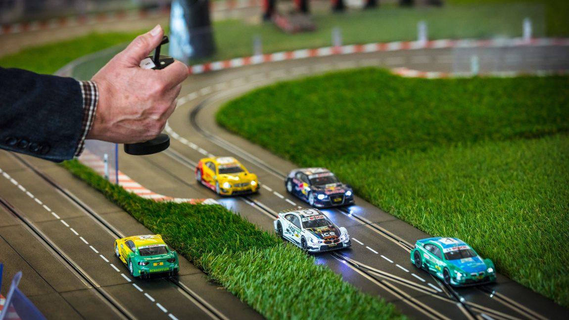 Kindheitstraum im Großformat: XXL-Carrerabahnen auf Reisen