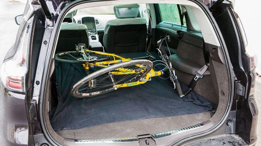 Fahrrad wird im Kofferraum transportiert