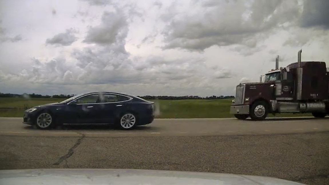 Tesla-Fahrer schlief bei 140 km/h hinterm Steuer