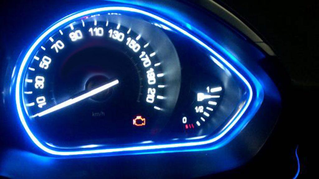 Displays eines Autos bei dem die Motorkontrollleuchte gelb aufleuchtet.