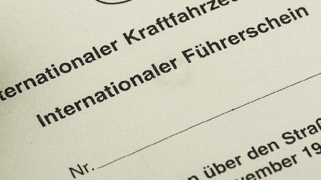 Foto eines internationalen Führerscheins.